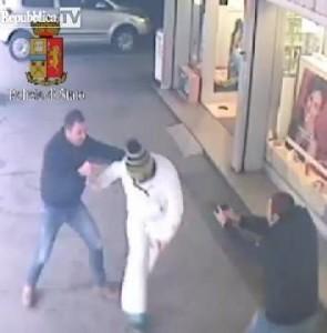 L'uomo mentre viene bloccato dagli agenti