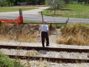 attraversamento precario della ferrovia da sistemare a San Nicolo a Tordino nei pressi di Di Sante Mobili