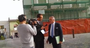 Mauro Casciari a Ruoti durante l'intervista al Sindaco Salinardi