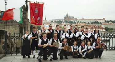 "Il gruppo folk ""I Salviani"" (foto PIXAPIX)"