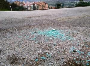 I vetri rotti ieri per rubare il portafogli a Vietri di Potenza