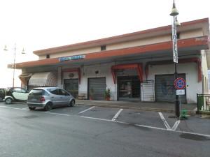 Il Mercato Comunale, dove dovrebbe essere installata la Casa dell'Acqua. Nella foto a destra un modello