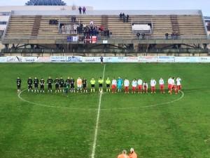Le due squadre in campo e i tifosi picernesi