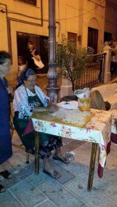 Signora vietrese prepara i cavatelli in piazza
