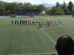 Le due squadre all'ingresso in campo (foto melandronews.it)