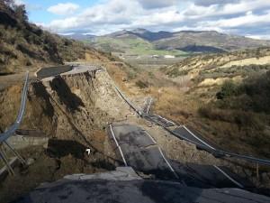 """Nella foto di TRM TV la strada crollata, che collega il comune di Aliano con la """"Saurina"""""""