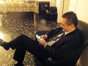 Il Presidente Marcello Pittella mentre posta un messaggio su Facebook