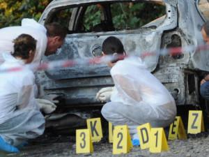 Auto bruciata con tre corpi a Corigliano Calabro