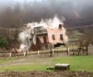 Istantanea della casa durante il crollo