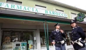 Agenti della Polizia davanti la farmacia dove venne avvelenato il farmacista lucano