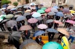 Nonostante la pioggia, molte persone hanno partecipato alla manifestazione contro la decisione di Poste Italiane
