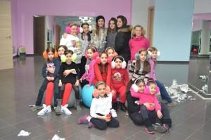 Le bambine protagoniste del Christmas Flash Mob con l'insegnante