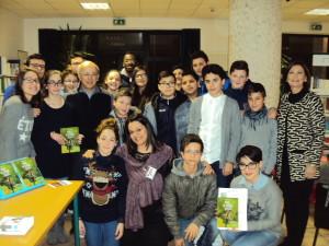 Volontari dell'Admo con la preside Gallipoli e gli alunni della scuola media di Bella.