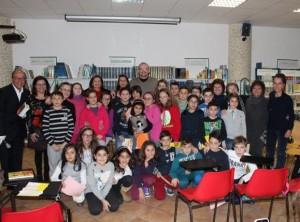 I dirigenti scolastici Coviello e Gallipoli con gli scrittori De Amicis e Paola Luciani e gli alunni di quinta elementare di Bella e le loro docenti.