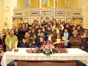 Genitori e bambini della prima comunione a Bella, ieri mattina in Chiesa, con il viceparroco don Ovidio
