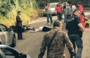 """Uno dei corpi ancora a terra. Foto """"Il Mattino"""""""