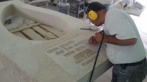 """La realizzazione del monumento nell'azienda """"Arte & Pietra"""" a Caggiano"""