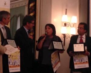 Il vice-sindaco Scelzo mentre ritira il premio