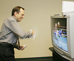 Benedetto Vigna mentre testa la Nintendo WII