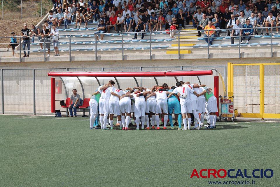 L'abbraccio dei giocatori del Picerno prima del match contro il Nardò (foto Acrocalcio)