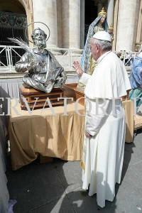 Papa Francesco benedice la statua di Sant'Anselmo Martire