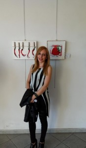 Emanuela Calabrese posa vicino le sue opere a Pisa