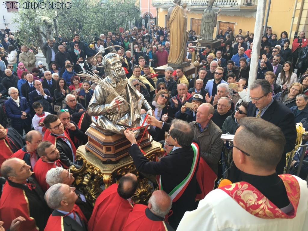 Il Sindaco Carmine Grande mentre consegna la chiave in oro al Patrono Sant'Anselmo