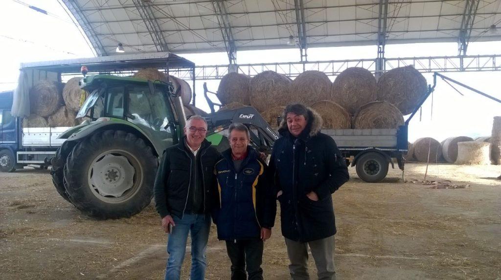 Da destra verso sinistra Figliuolo e Di Vito con un responsabile del centro di raccolta a Teramo